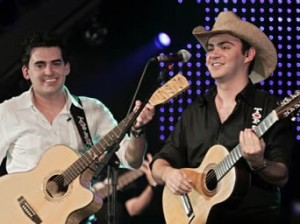 Um pouco da história de Hugo Pena e Gabriel Hugo tocava em uma casa noturna na cidade de Maringá, estado ...