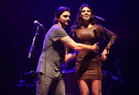 Juanes Flerta com Paula Fernandes no palco... - Sertanejo