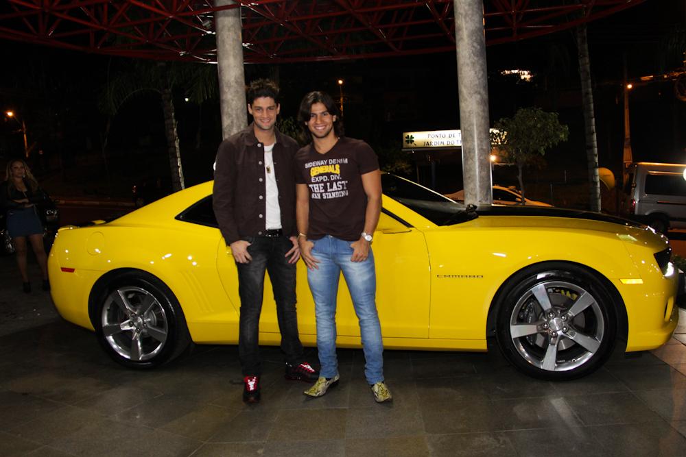 """Munhoz e Mariano """"levam o seu Camaro amarelo"""" para a Expoagro de Itumbiara"""