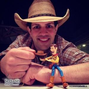 Welligton Campos, o brasileiro que mais tem seguidores no Instragram com o perfil @camposwell, convidou o cantor Sorocaba (Fernando e Sorocaba) para fotografar junto com o boneco Woody. A foto foi divulgada na noite de ontem e em menos de ...