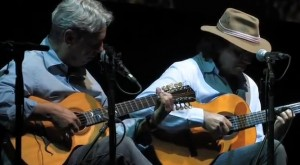 """""""Encontro das águas"""" de Tavinho Moura. Concerto de lançamento do livro e DVD """"Violeiros do Brasil"""", no Chevrolet Hall, Belo Horizonte, maio de 2009."""