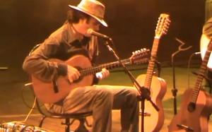 """Almir Sater tocando a instrumental """"Corumbá"""" (Almir Sater e Guilherme Rondon), no Teatro Central, em Juíz de Fora (MG)."""
