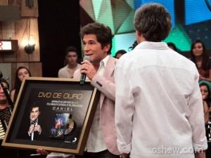 """No último sábado, durante o programa """"Altas Horas"""" da Globo, o cantor Daniel recebeu da Sony Music o DVD de Ouro, pela marca de 25 mil cópias vendidas. Diante das dificuldades que os músicos encontram em vender seus discos no ..."""