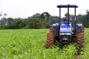 Foi aprovado pela Comissão de Constituição e Justiça do Senado (CCJ) na última quarta, dia 02/04, o Projeto de Lei da Câmara (PLC 57/2013) que retira a obrigatoriedade de emplacamento e licenciamento de tratores e máquinas agrícolas. A cobrança passaria ...
