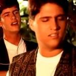 Assista abaixo um vídeo da década de 90, no qual Victor e Leo aparecem bem jovens cantando o sucesso deChitãozinho ...