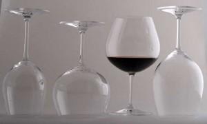 A notícia de que o Ministério da Agricultura encontrou antibióticos em vinhos de mesa produzidos no Rio Grande do Sul circulou na imprensa na manhã desta quinta. A princípio, 13 indústrias vinícolas estariam sendo investigadas por adulteração no vinho com ...