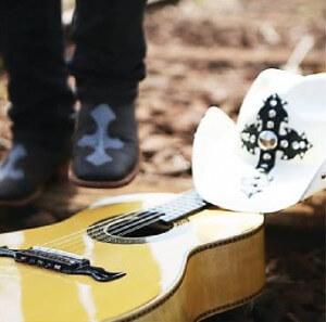 """Depois de ter estreado, na semana passada, sua página oficial no Facebook, João Carreiro declamou o poema """"O Amor Não Morre"""", com o som do violão ao fundo. Tudo foi feito sem muito alarde, no estilo que o sertanejo se ..."""
