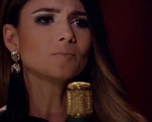 """Na semana passada a cantora Paula Fernandes divulgou em suas redes sociais o clipe da música """"Pegando Lágrimas"""", em parceria com a dupla Chitãozinho e Xororó.A cançao faz parte do CD e DVD """"Encontros Pelo Caminho"""", no qual a sertaneja ..."""