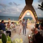 Thaeme Mariôto (Thaeme e Thiago) e o empresário Fábio Elias,subiram ao altar ontem (22), em Cancún, no México. A cerimônia para amigos e familiares aconteceu em um resort na Riviera Maya. Entre os convidados estavam as duplas Fernando e Sorocaba, ...