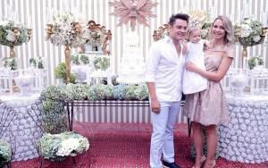 """O sertanejo Fernando Zor, parceiro de Sorocaba, comemorou o batizado da filha Alice, no último final de semana. Ao lado da esposa, Mikelly Medeiros, o cantor reuniu a família e preparou uma belíssima decoração para este dia especial. """"Hoje minha ..."""