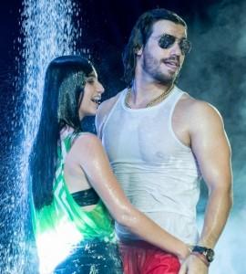 Durante o show no Carnaval de Muzambinho, o cantor Mariano convidou uma fã no meio do público para tomar banho ...