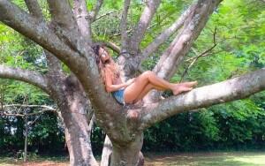 """Nesta terça-feira, a cantora Paula Fernandes postou uma foto em seu Instagram, desfrutando da sombra de uma flamboyant. Na legenda Paula declarou: """"Em contato com a natureza eu sou feliz…Me renovo, me sinto livre!!! É assim que eu me acho…Dia ..."""