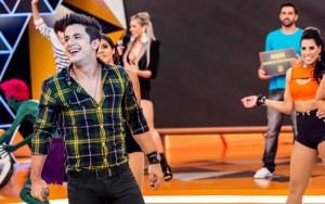"""Neste sábado (18), o cantor Cristiano Araújo participa do programa """"Legendários"""" na Rede Record, comandado por Marcos Mion. O goiano vai soltar a voz cantando seus grandes sucessos, entre eles a romântica """"É Com Ela Que Eu Estou"""" e a ..."""