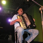 Morreu em Belo Horizonte,na manhã desta quinta-feira (23), Carlos Alberto Ribeiro, o Mangabinha,acordeonista, compositor e um dosfundadores do Trio Parada ...