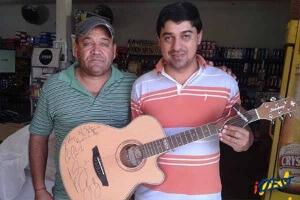 Luan Santana doa violão autografado