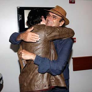 Almir Sater e Gabriel Sater se emocionam na estreia do musical Nuvem de Lágrimas