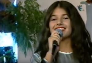 Vídeo de Paula Fernandes criança cantando na TV