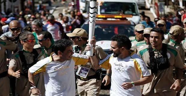 Zezé Di Camargo e Luciano carregam a tocha olímpica em Pirenópolis