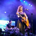 Cantora encanta público paraguaio com músicas inéditas e sucessos da carreira!