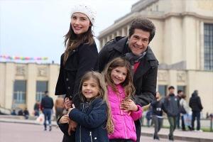 Ao lado da família o cantor celebra os shows em 4 países e revela projeto para Portugal