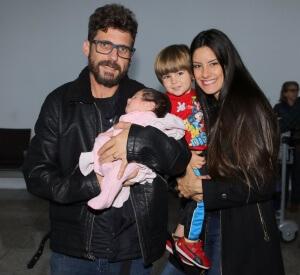 De volta ao Brasil, Hudson desembarca com a família e é recebido pelo irmão Edson