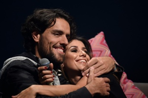Paula Fernandes canta música para o namorado durante show em BH