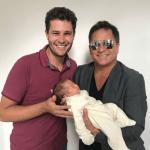 Arecém-nascida Maria Vitória, Filha de Pedro Leonardo e Thaís Gebelin, foi apresentada ao avô, Leonardo,nesta quinta-feira (25). A emoção foi ...