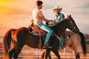 Bruno e Barretto encontram peões da PBR no rancho de Fabiano Vieira no Texas