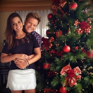 """O cantor sertanejo Michel Teló postou uma foto ao lado de sua noiva Thais Fersoza e comentou sobre o seu natal: """"Feliz Natal pra todo mundo! Acabamos de ir na missa. Dia de comemorar o nascimento de Jesus! Que Ele ..."""