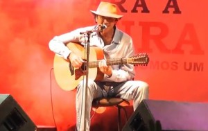 """Confira abaixo o vídeo de Almir Sater tocando """"O Vento e o Tempo"""", um country/blues de primeira! Apresentação no """"Movimento 1% para a Cultura"""" realizado em Campo Grande (MS) no dia 11/04/12."""