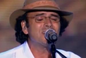 """Almir Sáter cantando """"Quintal do Vizinho"""" (de Roberto Carlos) para o especial e gravação do DVD """"Emoções Sertanejas"""", em homenagem aos 50 anos de carreira de Roberto Carlos. Sua interpretação para a canção """"O Quintal do Vizinho"""", contida e suave, ..."""