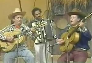 """Veja a dupla Pedro Bento e Zé da Estrada cantando o seu primeiro grande sucesso, """"Seresteiro da Lua"""". Sertanejo Raiz de primeira, vale conferir!"""
