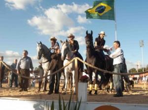 Reveja neste programa, do Mangalarga Marchador TV, o trabalho de árbitros, técnicos e toda equipe de apoio para fazer da Exposição Nacional, realizada no Parque da Gameleira, em Belo Horizonte, um grande evento. Veja também a prova de maneabilidade, uma ...