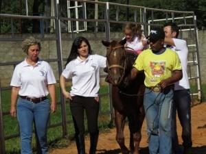 Tratamento que utiliza equitação acontece no Rancho do Peãozinho e é destinado a Ppacientespacientes do Centro Municipal de Reabilitação.