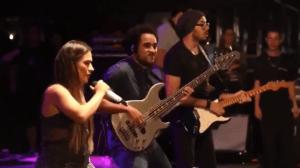 Simone defende a irmã durante invasão de palco em show na Bahia, assista ao vídeo!