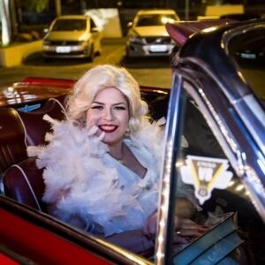 Cantora celebrou seus 22 anos em comemoração inspirada em clássicos do cinema!
